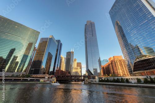 Obraz na dibondzie (fotoboard) Chicago City. Chicagowski śródmieście i Chicagowska rzeka z mostami podczas zmierzchu.