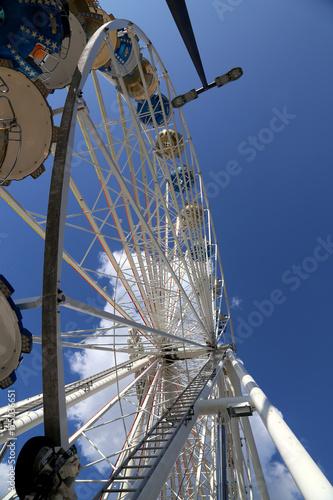 Zdjęcie XXL Ferris koło przy funfair przed niebieskim niebem, zbliżenie