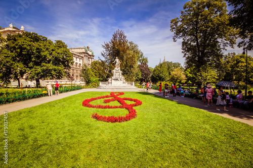 Sommerlicher Spaziergang durch den Burggarten in Wien, Österreich Canvas Print
