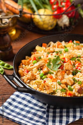 Plakat Smażony ryż z kurczakiem. Przygotowane i podawane w woku.