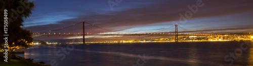 Plakat ponte 25 de abril most lizbona portugalia w godzinach wieczornych panoramiczny widok