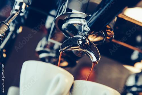 Fotomural Barista preparing espresso at coffee shop
