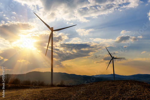 Zdjęcie XXL dwa wiatraki na zachód słońca
