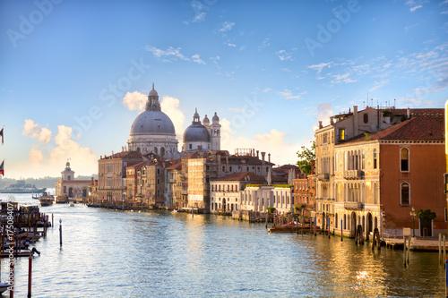 Plakat Grand Canal i Bazylika Santa Maria della Salute wcześnie rano w Wenecji