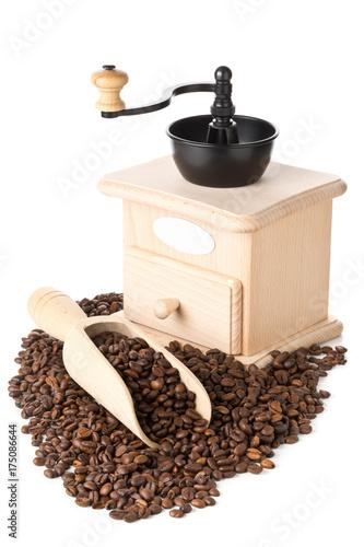 ziarna-kawy-w-drewnianym-mlynku-na-bialym-tle