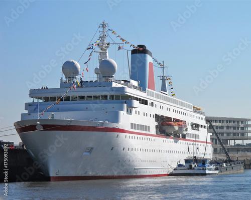 Plakat Klasyczny niemiecki statek wycieczkowy wchodzi do portu w Hamburgu