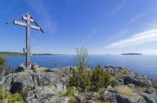 Fotografie, Obraz Worship cross on a rock on the shore of the Ladoga Lake