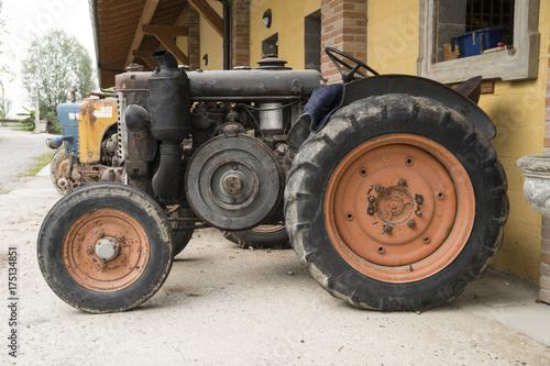 Zdjęcie XXL Stary zardzewiały ciągnik rolniczy