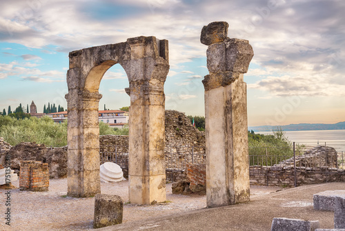 Fotomural Roman ruins Grotte di Catullo or Grotto at Sirmione, Lake Garda, Northern Italy