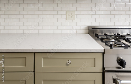 Láminas  Kitchen Counter with Subway Tile, Stainless Steel oven stove, Shaker Cabinets
