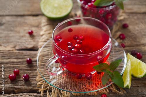 herbata-zurawinowa-na-powierzchni-drewnianej
