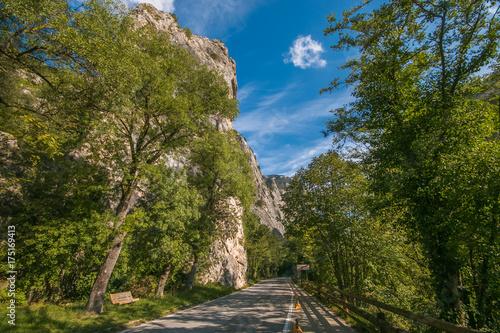 Valokuva  Strada flaminia alla gola del Furlo