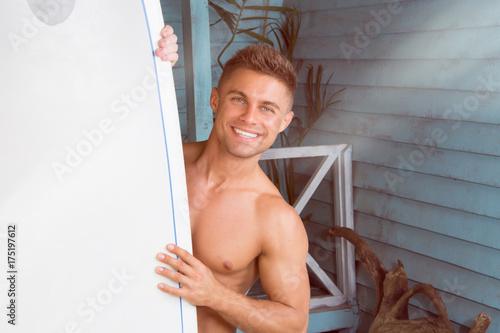 Plakat Seksowny facet na plaży. Lato, słońce i wakacje. Szczęśliwy człowiek.