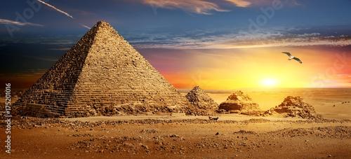Fototapeta Piramidy o zachodzie słońca