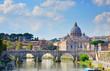 Rom Brücke mit Petersdorm im Hintergrund bei Sonnenschein und bewölktem Himmel