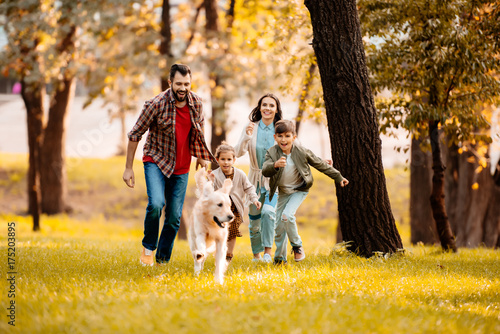 Obraz family running after dog - fototapety do salonu