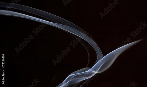 Fototapeta Biały abstrakta dym od aromatycznych kijów na czarnym tle.