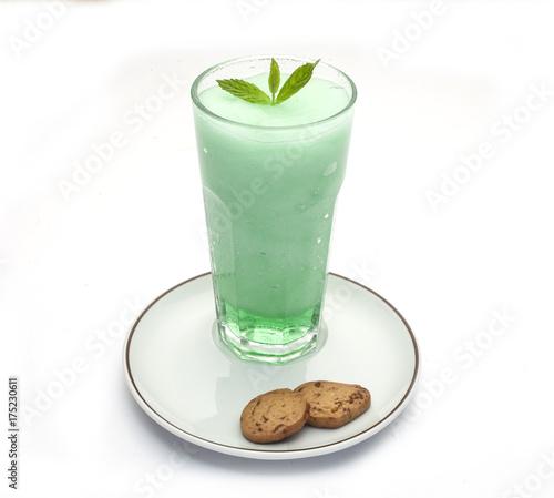 pastelowy-drink-z-listkami-miety-na-czubku