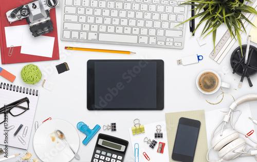 Plakat widok z góry niechlujny home office desk web design header
