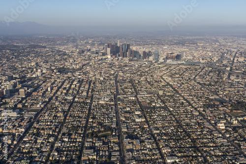 Obraz na dibondzie (fotoboard) Popołudniowy widok z lotu ptaka miejskich ulic i budynków na zachód od centrum Los Angeles w Południowej Kalifornii.