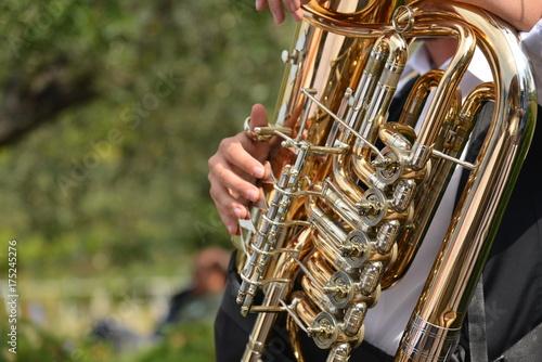 Zdjęcie XXL ręce grające na saksofonie