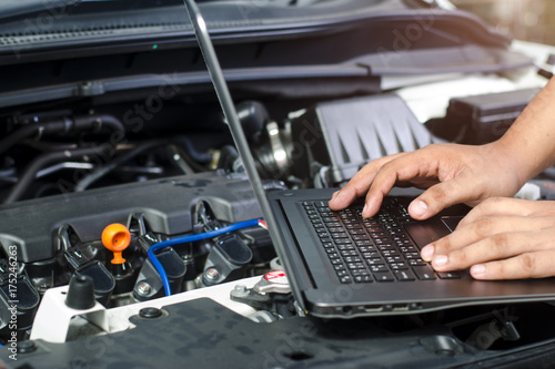 Fotografía  Detail of a mechanic using electrnoic diagnostic equipment to tune a car
