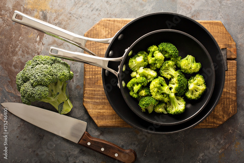 Photo  Steamed or stewed broccoli in a skillet