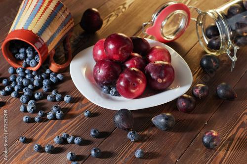 rozsypane-po-stole-jagody-figi-i-sliwki