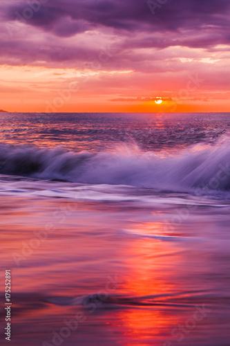 Papiers peints Grenat Traumhafter Sonnenaufgang am Meer