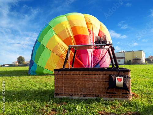 Zdjęcie XXL Wielo- barwiony gorące powietrze balon z czerwonym sercem w polu