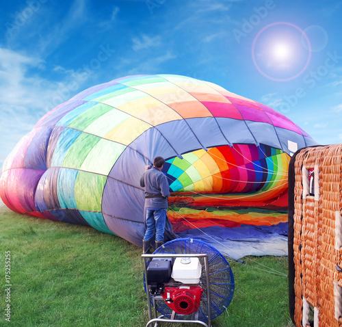 Plakat Wielo- barwiony gorące powietrze balon w polu