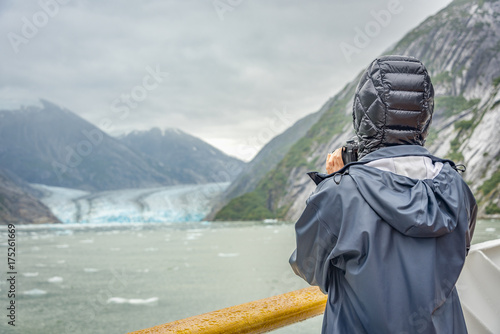 Valokuva  cruise ship with visitor taking photo of a glacier in glacier bay national park