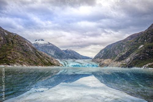 Plakat Lodowiec i góry krajobraz w Juneau, Alaska z mgłą