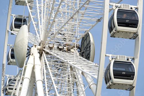 Zdjęcie XXL Ferris koło przed niebieskim niebem