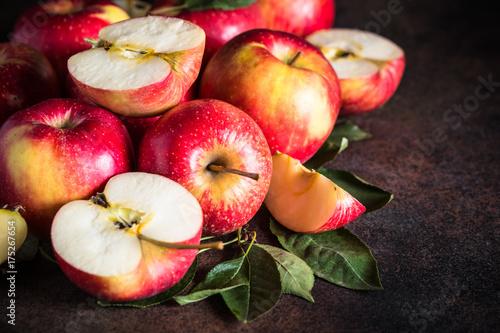 czerwone-jablka-na-bardzo-ciemnym-stole