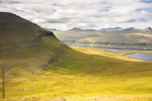 Papiers peints Orange Paysage de montagnes en Europe du nord dans les Iles Féroé