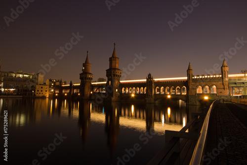 Obraz na dibondzie (fotoboard) Berlin metra Oberbaumbrücke Spree w nocy