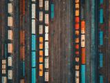 Widok z lotu ptaka kolorowe pociągi towarowe na stacji kolejowej. Zbliżenie pociągów towarowych. Wagony z towarami na kolei. Przemysł ciężki. Przemysłowa konceptualna scena z pociągami. Widok z góry. Zabytkowy styl - 175293423