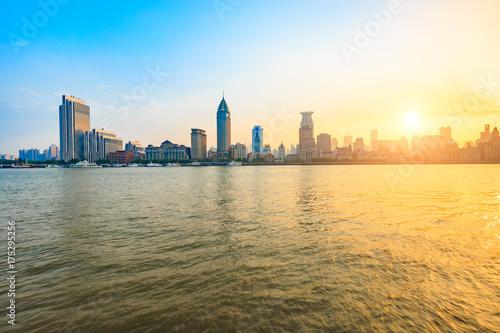 Plakat Huangpu rzeka i nowożytna miasto sceneria w Szanghaj przy zmierzchem