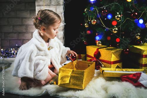 Zdjęcie XXL Śliczna berbeć dziewczyna dekoruje choinki