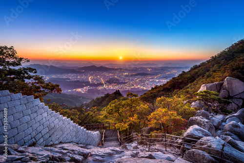 Photo sur Aluminium Seoul Sunrise at Baegundae peak and Bukhansan mountains in autumn,Seoul in South Korea.
