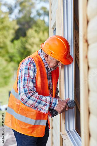 Handwerker als Monteur beim Fenster Einbau Fototapete