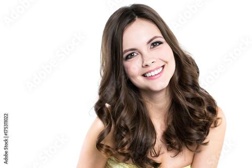 Plakat Piękna zdrowa uśmiechnięta kobieta z falistym włosy odizolowywającym.