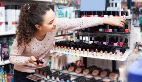 Plakat Kobieta kupuje lakier do paznokci