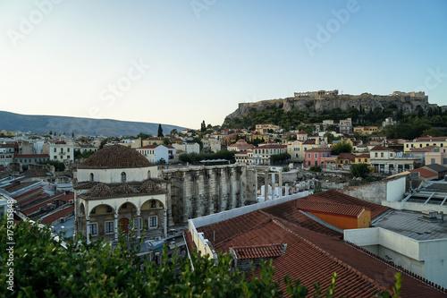 Zdjęcie XXL Widok na górę Akropolu, od Placu Monastiraki przez dach starego miasta, zielone liście, meczet Tsisdarakis i ruiny Biblioteki Hadriana