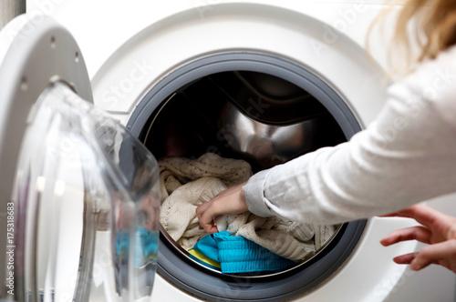 Plakat Prepering pranie ubrań.