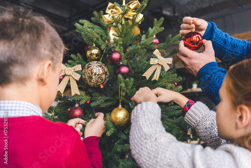 Fototapeta family decorating christmas tree obraz