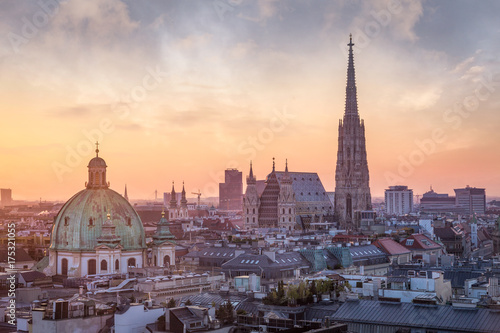 Montage in der Fensternische Zentral-Europa Vienna Skyline with St. Stephen's Cathedral, Vienna, Austria