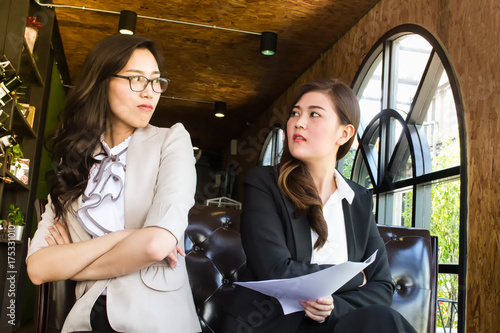 Photo Two beautiful business woman, looking against with feel repulsion
