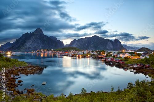 Plakat Reine wioska rybacka o zmierzchu na Lofotach, Norwegia